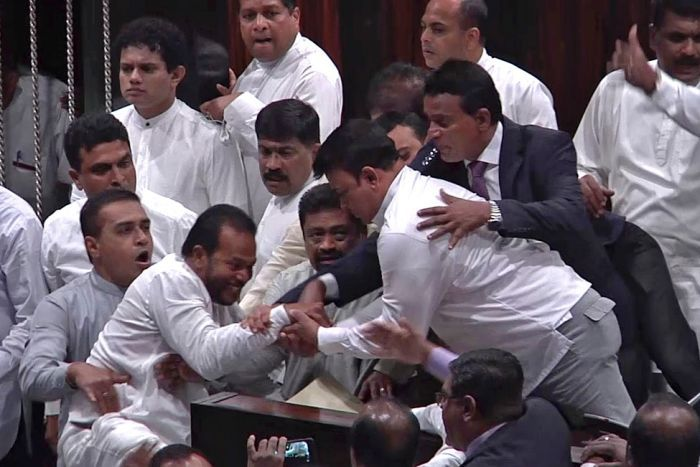 श्रीलंका संकट : संसदमा सरकार र विपक्षी सांसदबीच झडप, घाइते सांसद अस्पताल भर्ना