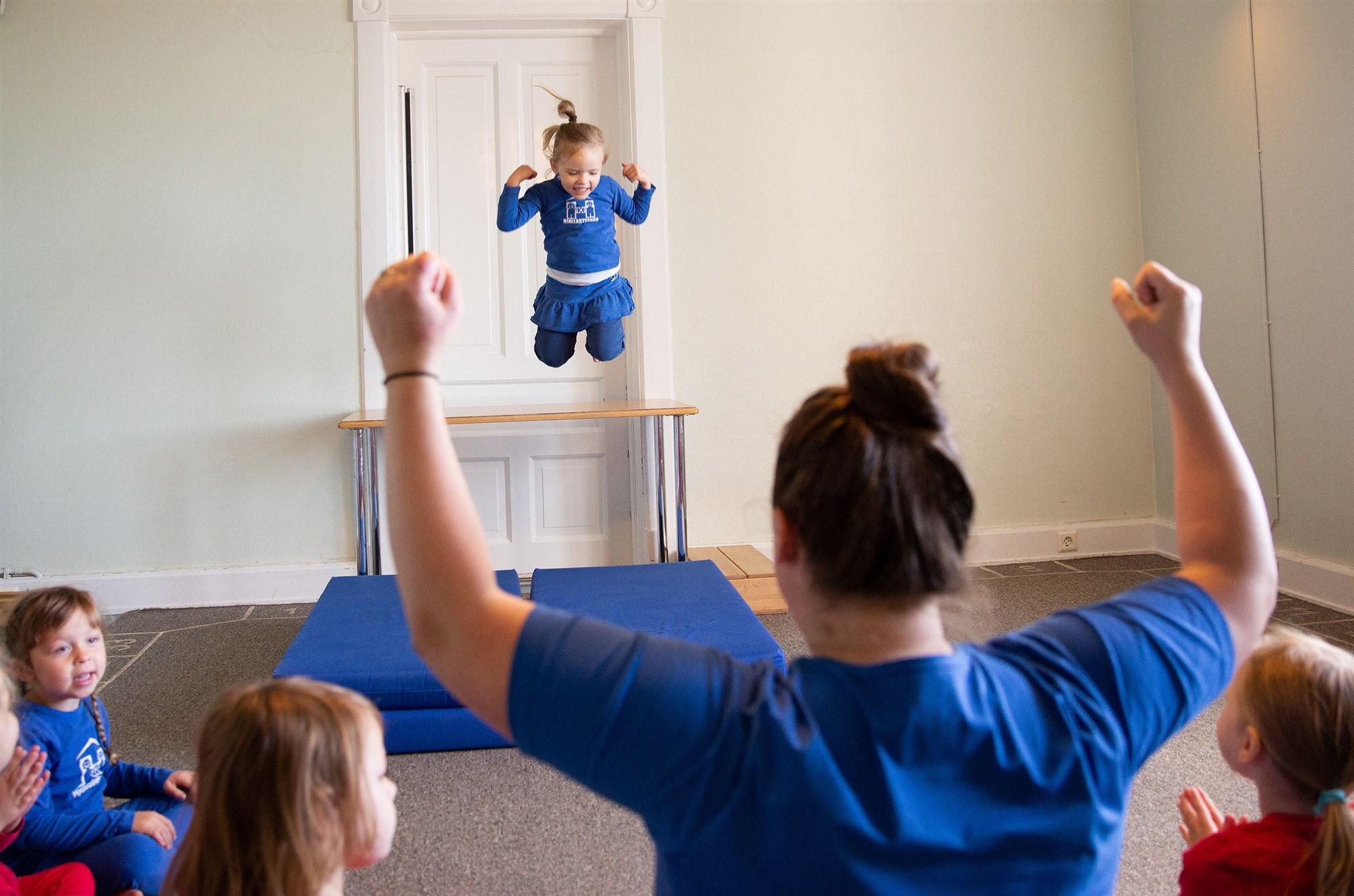 केटाहरुलाई 'बेबी डल' खेलाएर, केटीहरुलाई उफ्रन लगाएर लैँगिक समानता सिकाउँदै आइसल्यान्डको स्कूल