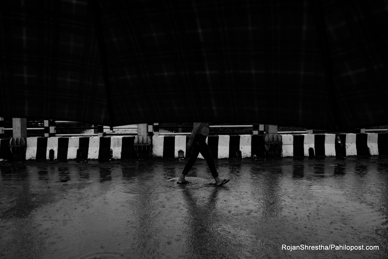छातामा छेलिँदै वर्षे यात्राका दश दृष्य