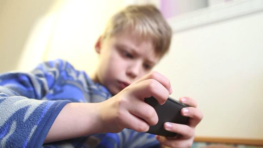बच्चालाई मोबाइल हेर्नबाट कसरी सीमित गर्ने? जताततै भेटिने डिजिटल सामाग्रीसँग कति जुध्नु अभिभावक?