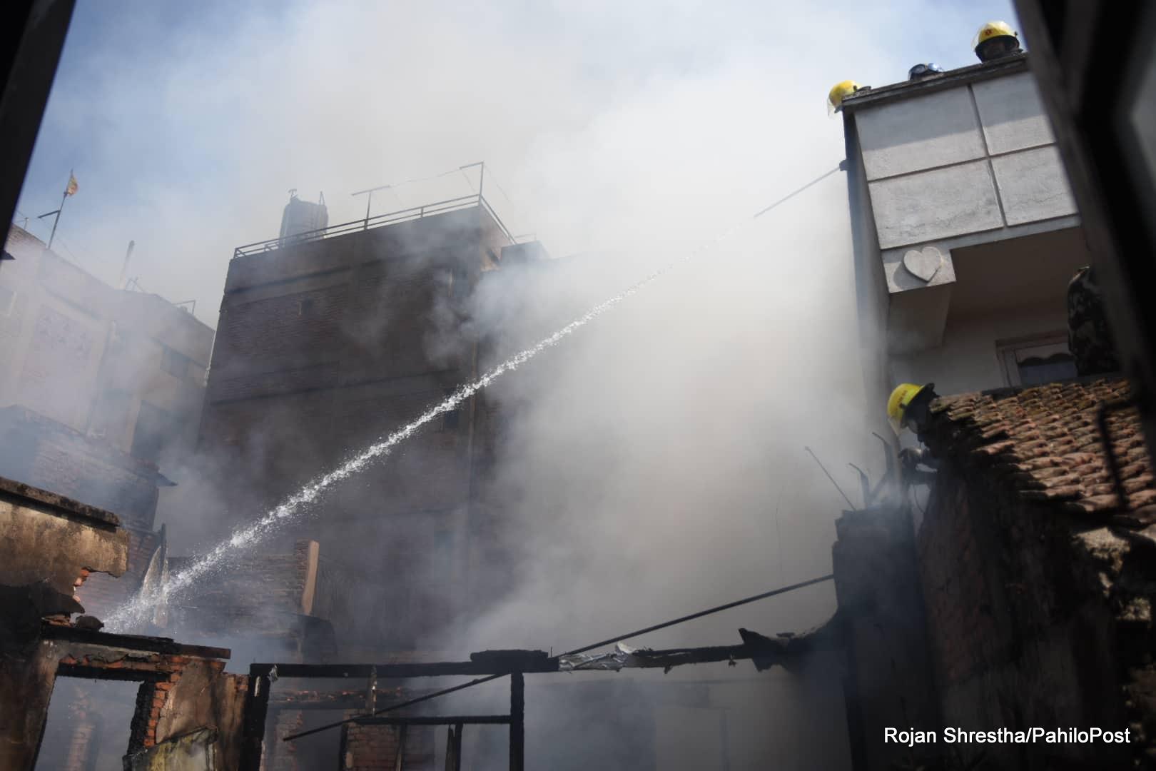 मख्खन टोलको एक घरमा आगलागी, घटनास्थलमा ६ वटा दमकल