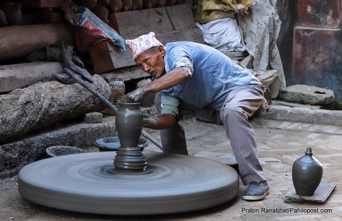 भक्तपुरको कुमाले टोलमा 'तिहार फिभर' : परिवार नै खट्दा पनि 'डिमाण्ड' पुर्याउन सक्दैनन्