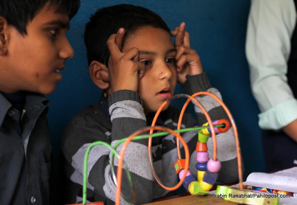 अटिजम: पहिचानको अभावमा छटपटाईमा बालबालिका, आमाहरू आफैंलाई दोष दिँदै