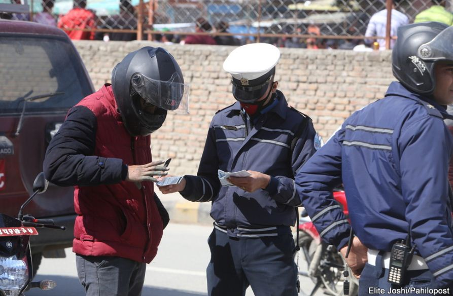 सवारी चालकसँग पैसा लिने ५२ जना ट्राफिक प्रहरी कारबाहीमा